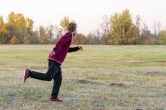 Jonge die mens op het gebied in nationaal park F in werking wordt gesteld stock afbeelding