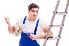 Jonge die schildersmens met ladder op witte achtergrond wordt ge?soleerd stock afbeelding