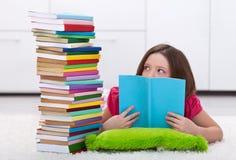 Jonge die student door het volume van kennis bang wordt gemaakt moet zij l stock afbeelding