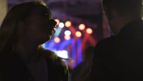 Jonge die vrouw door drugs wordt bedwelmd of alcohol die aan de mens bij de partij van de nachtclub dansen stock video