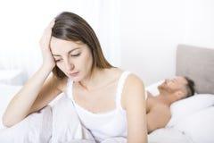 Jonge die vrouw door problemen in de verhouding ongerust wordt gemaakt stock afbeelding