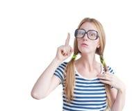 Jonge die vrouw met glazen op witte achtergrond wordt geïsoleerd Stock Afbeelding