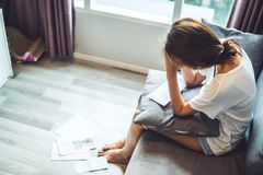 Jonge die vrouwen over rekeningen ongerust worden gemaakt en debr omhoog het stapelen Onbekwaam om creditcards en leningen te bet royalty-vrije stock foto