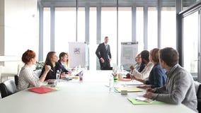 Jonge directeur op een vergadering met collega's stock footage