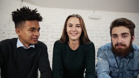 Jonge directeuren die de moderne technologie van de videoconferentievraag van het bureau gebruiken Camerastandpunt stock footage