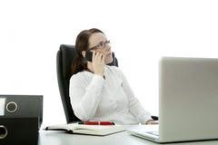 Jonge donkerbruine bedrijfsvrouw en celtelefoon stock afbeelding