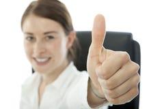 Jonge donkerbruine bedrijfsvrouwenduim omhoog en glimlach royalty-vrije stock foto
