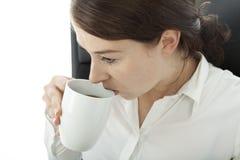 Jonge donkerbruine het bedrijfsvrouw drinken koffie stock afbeeldingen