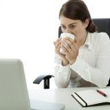 Jonge donkerbruine het bedrijfsvrouw drinken koffie Royalty-vrije Stock Afbeelding