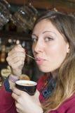 Jonge donkerbruine het drinken koffie bij een koffiewinkel Royalty-vrije Stock Afbeelding