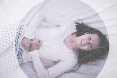 Jonge donkerbruine Kaukasische vrouw met pijn in haar maag menstruele cyclus royalty-vrije stock fotografie