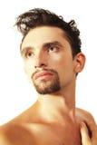 Jonge donkerbruine mens met een modieus kapsel Royalty-vrije Stock Foto's