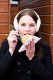 Jonge Donkerbruine Vrouw die een Verglaasde Appel eet Stock Fotografie