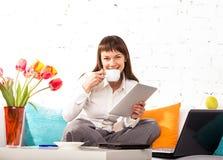Jonge donkerbruine vrouw die thuis werkt Royalty-vrije Stock Afbeeldingen
