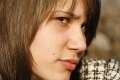 Jonge donkerbruine vrouw die verdacht kijkt stock fotografie