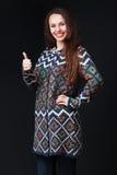 Jonge donkerbruine vrouw in het heldere sweater glimlachen, die everythi tonen Stock Foto's