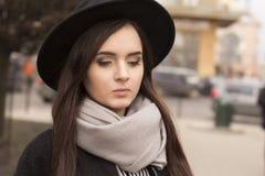 Jonge donkerbruine vrouw in hoed Stock Afbeeldingen