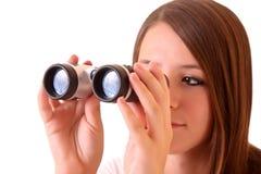 Jonge donkerbruine vrouw met binoculair Stock Afbeelding