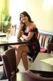 Jonge donkerbruine vrouw met een mobiele telefoon Royalty-vrije Stock Foto's