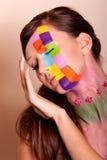 Jonge donkerbruine vrouw met kleurrijke make-up Stock Afbeeldingen