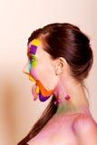 Jonge donkerbruine vrouw met kleurrijke make-up Royalty-vrije Stock Afbeelding