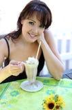 Jonge donkerbruine vrouw met roomijs Royalty-vrije Stock Fotografie