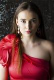 Jonge donkerbruine vrouw op de donkere achtergrond van de studiomuur Stock Foto