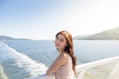 Jonge donkerbruine vrouw op een veerboot die naar Howe-Geluid kijken stock afbeelding