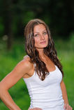 Jonge donkerbruine vrouw in wit mouwloos onderhemd Royalty-vrije Stock Afbeeldingen