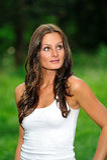 Jonge donkerbruine vrouw in wit mouwloos onderhemd Stock Foto