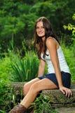 Jonge donkerbruine vrouw in wit mouwloos onderhemd Stock Afbeelding