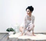 Jonge donkerbruine vrouw in witte bruids lingerie Stock Afbeelding