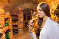 Jonge donkerbruine vrouwen degusting wijn in kelder royalty-vrije stock afbeeldingen