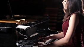 Jonge droevige deushka igrat op de piano, piano Mooie muziek, talent, schrijvers uit de klassieke oudheid stock video