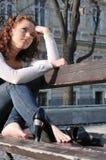 Jonge droevige dromende vrouw buiten Royalty-vrije Stock Afbeeldingen