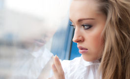 Jonge droevige vrouw Stock Foto's
