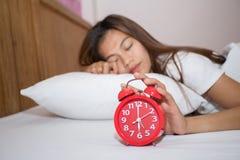 Jonge droevige vrouw die aan slapeloosheid lijden en proble wanorde slapen royalty-vrije stock foto's