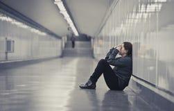 Jonge droevige vrouw in pijn alleen en gedeprimeerd bij stedelijke metro tunn royalty-vrije stock fotografie