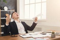 Jonge droevige zakenman in bureau met rekeningen stock foto's