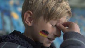 Jonge Duitse die ventilator met het losmaken van gelijke, sportevenement, ongelukkig ogenblik wordt teleurgesteld stock footage