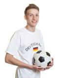 Jonge Duitse voetbalventilator met bal en blond haar Royalty-vrije Stock Foto