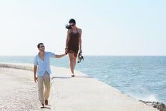 Jonge echtgenoot en vrouw die dichtbij het overzees lopen Stock Fotografie