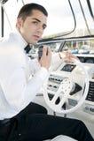 Jonge elegante mens bij yatchcontrole Stock Afbeelding