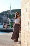 Jonge elegante vrouw op een de zomerdag Stock Afbeelding