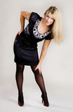 Jonge elegante vrouw in zwarte kleding royalty-vrije stock afbeeldingen