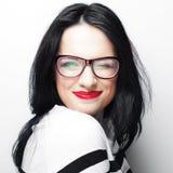 Jonge emotionele donkerbruine vrouw die glazen dragen Stock Foto's