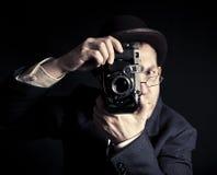 Jonge en aantrekkelijke fotograaf in uitstekend kostuum en met retro fotocamera royalty-vrije stock afbeeldingen