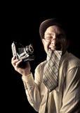 Jonge en aantrekkelijke fotograaf in uitstekend kostuum en met retro fotocamera royalty-vrije stock foto