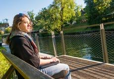 Jonge en aantrekkelijke vrouw die met gesloten laptop mediteren stock foto's