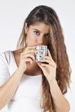 Jonge en aantrekkelijke vrouw het drinken koffie Stock Afbeeldingen